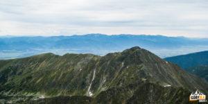 Ze szczytu Bystrej (2248 m) widać odległe pasmo Niżnych Tatr
