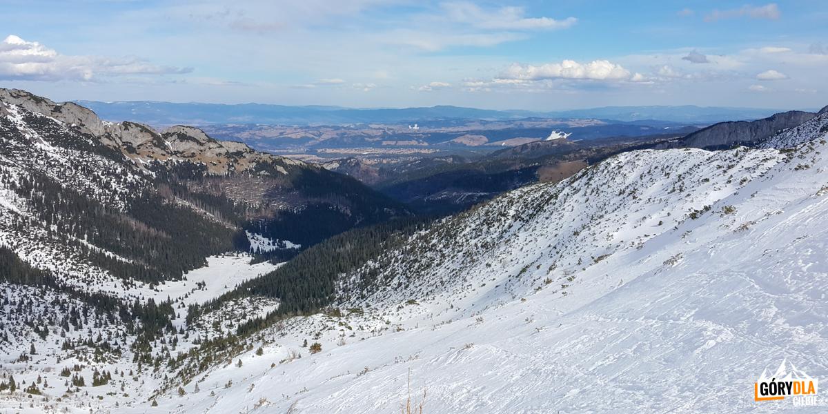 Dolina Kondratowa ina wprost Łopata (boczna grań doliny) widziana spod Przełęczy podKopą Kondracką