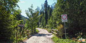 Poczatek drogi wzdłuż potoku Lepietnica