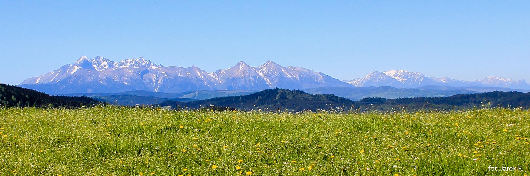Panorama Tatr spod szczytu Tokarni (748 m)