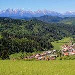 Widok z Tokarni (748 m) na Tatry, w dole wieś Haligovce