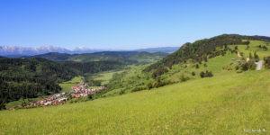 Widok z Tokarni (748 m) na Przełęcz Leśnicką, w dole wieś Haligovce, na horyzoncie Tatry