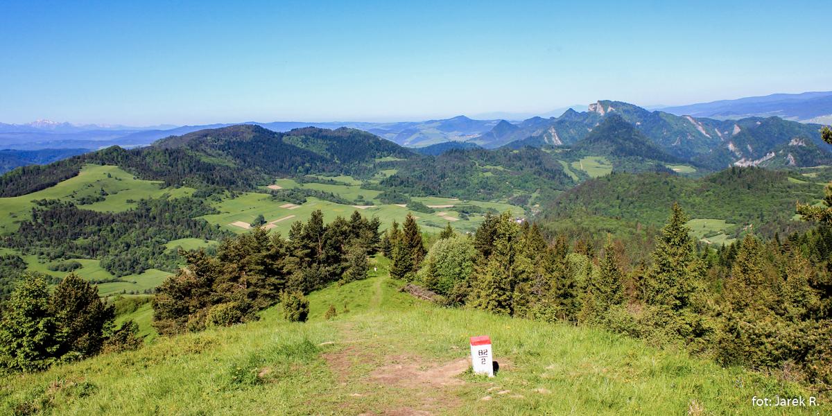Widok zWysokiego Wierchu (898 m) naPłaśnie (889 m) iPieniny Właściwe (Trzy Korony)