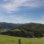 Widok z nad Przełęczy Leśnickiej w kierunku południowo zachodnim: w dole wieś Haligovce, na horyzoncie Tatry
