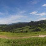 Widok z nad Przełęczy Leśnickiej w kierunku północnym: od lewej Pieniny Właściwe. Lubań (1225 m), Mogielica (1170 m), Pasmo Przehyby i Radziejowej i na pierwszym planie grań Małych Pienin