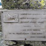 Tablica pamiątkowa na szczycie Krywania