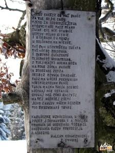 Figurka z wierszem przy ołtarzu polowym na Polanie Michurowej na Ćwilinie