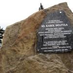 Tablica pamiątkowa przy Szałasowym Ołtarzu na Hali Turbacz