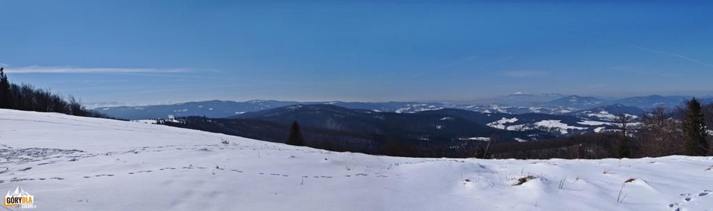 Widok z polany Wyśnikówka. Od lewej: Tatry, Gorce, Beskid Wyspowy i Bbia Góra.