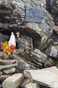 Statuetka Matki Bożej Królowej Babiej Góry i tablica z brązu upamiętniająca Kongres Eucharystyczny i Rok Maryjny 1987; znajduje się od strony Akademickiej Perci