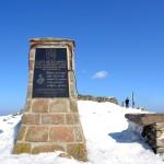 Obelisk z tablicą pamiątkową poświęcony papieżowi Janowi Pawłowi II na Szczycie Babiej Góry 1725 m