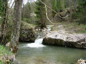 Próg skalny na potoku pod Czerwoną Skałką w Białej Wodzie