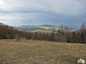 Modyń 1028 m oraz Cichoń 929 m i Ostra 925 m widziane z polany Skalne pod Jasieniem 1062 m