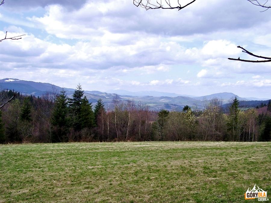 Kudłoń 1274 m i Luboń Wielki 1022 m, na horyzoncie Babia Góra 1725 m widziane z drogi z Jasienia do Lubomierza