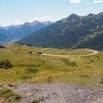 Widok spod przełęczy Col du Granon na dolinę Serre Chevalier, Briançon i szczyty Barre des Ecrins (4102m), la Meije (3983m) i Mont Pelvoux (3946m)