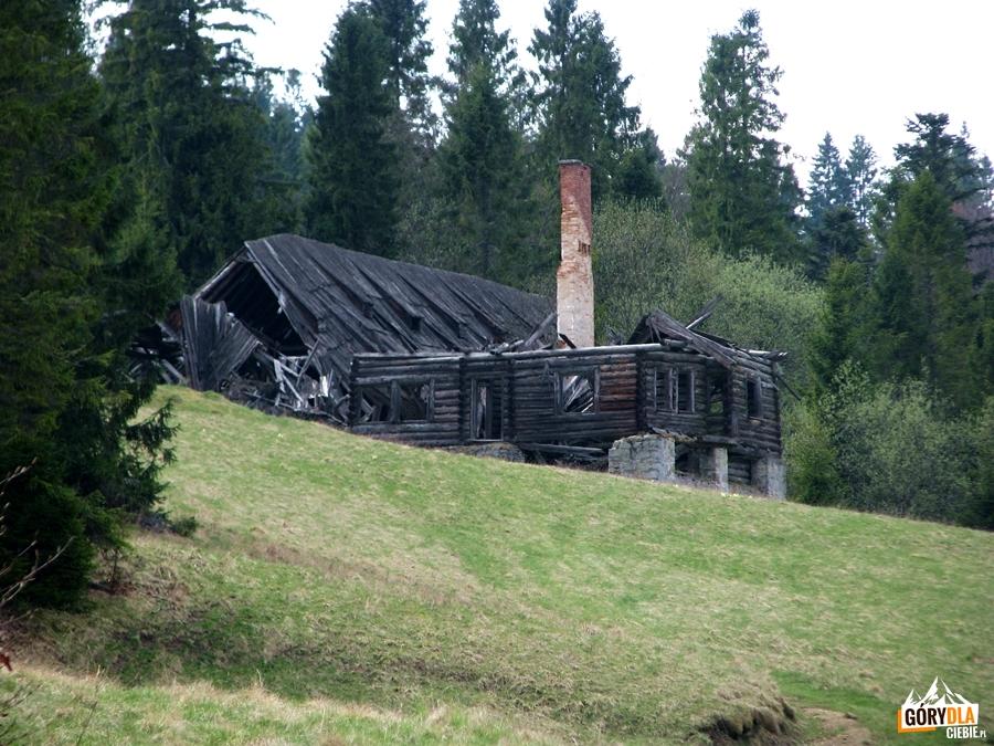 Ruiny bacówki nad Przełęczą Rozdziela