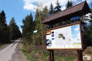 Tablica informacyjna na Przełęczy Slopnickiej