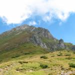 Widok na Szalony Wierch (słow. Hlúpy vrch) 2061 mz Przełęczy Szerokiej Bielskiej 1826 m