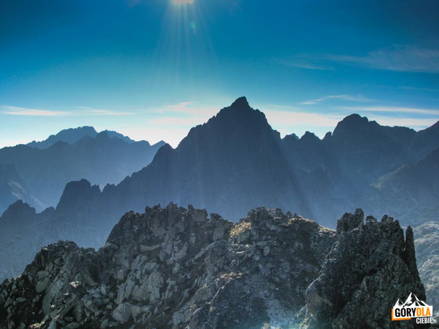 Pośrednia Grań (słow. Prostredný hrot) 2441 m widziana spod Wielkiej Łomnickiej Baszty