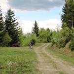 """Na trasie """"Mogielica"""" - stoły przy skrzyżowaniu z drogą rowerową i narciarską na Chyszówki"""