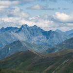 Od lewj Granaty (2240 m), Świnica (2301 m) i Kozi Wierch (2291 m), w tle Kołowy (2418 m) i Lodowy (2627 m)