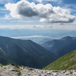 Widok z Banikowskiej Przełęczy w głąb Doliny Parzychwost (słow. dolina Parichvost) i na Jezioro Liptowskie
