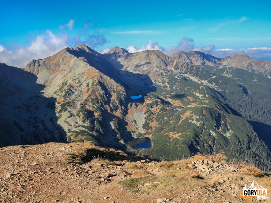 Widok zWołowca naHrubą Kopę 2166 m iPachoła 2167 m, poniżej Rohackie Stawy