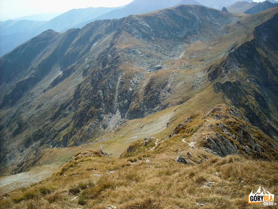 Widok z Iezerul Caprei (2417 m) na przełęcz Fereastra Mare a Bucurei