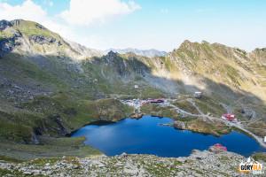 Jezioro Bâlea Lac i Droga Transfogarska widziane z podejścia na przełęcz Şaua Caprei
