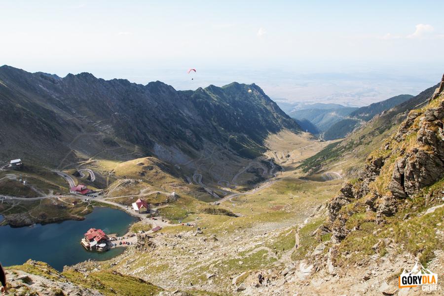 Jezioro Bâlea Lac iDroga Transfogarska widziane zprzełęczy Şaua Caprei (2315 m)