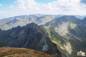 Widok zeszczytu Vânătoarea lui Buteanu wkierunku Moldoveanu (2544 m)