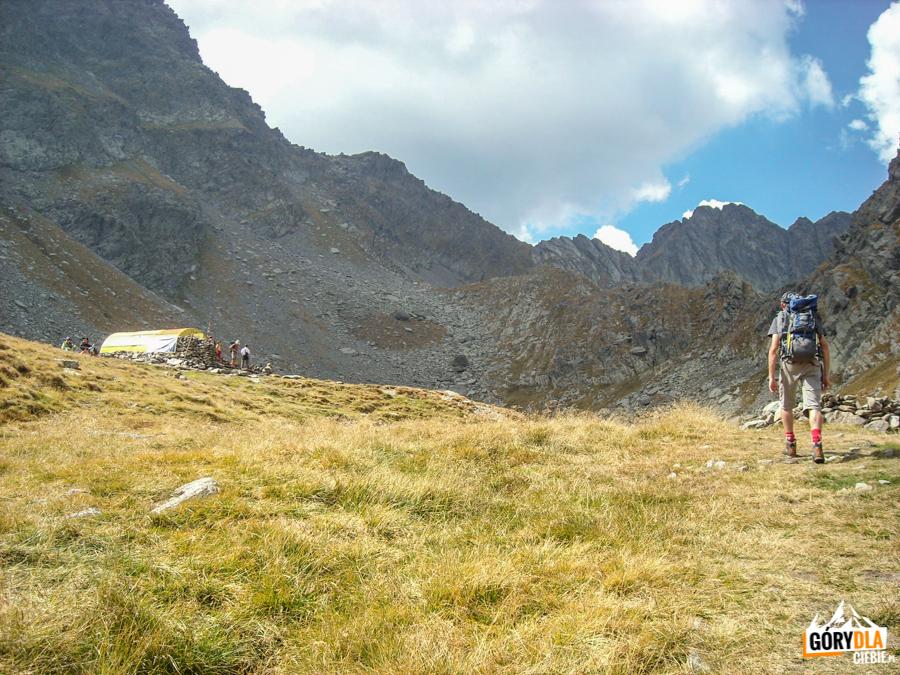 Schron Refugiu Călţun nad jeziorem Lacul Călţun (2135 m)