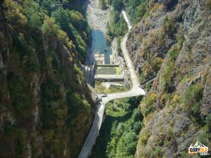 Dolna część zapory na rzece Ardżesz