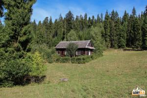 Samotny dom na polanie pomiędzy Ostrą Górą (793 m), a Humbargiem (807 m)