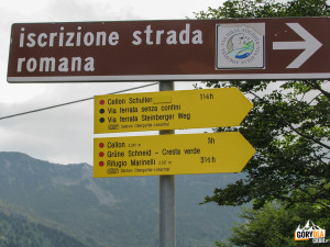 Drogowskazy przy parkingu po włoskiej stronie Przełęczy Plöcken Pass