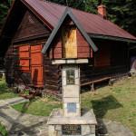 """KapliczkPrzed chatą Koła Łowieckiego """"Hubertus"""" z Tymbarku"""