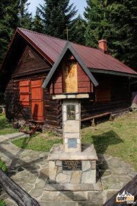 """Kapliczka przed chatą Koła Łowieckiego """"Hubertus"""" z Tymbarku"""