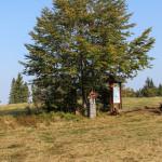 Kapliczka, tablica z mapą okolicy i ławostół na szczycie Łopienia