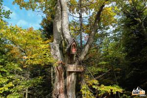 Drewniany świątek przy rozwidleniu szlaków niebieskiego i zielonego