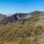 Widok z Gălăşescu Mic, 2410 m na Galbenele (2456 m) i Moldoveanu (2544 m)