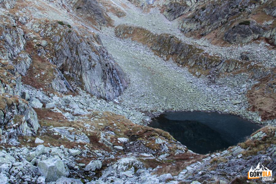 W połowie pokryty lodem Zmarzły Staw Gąsienicowy