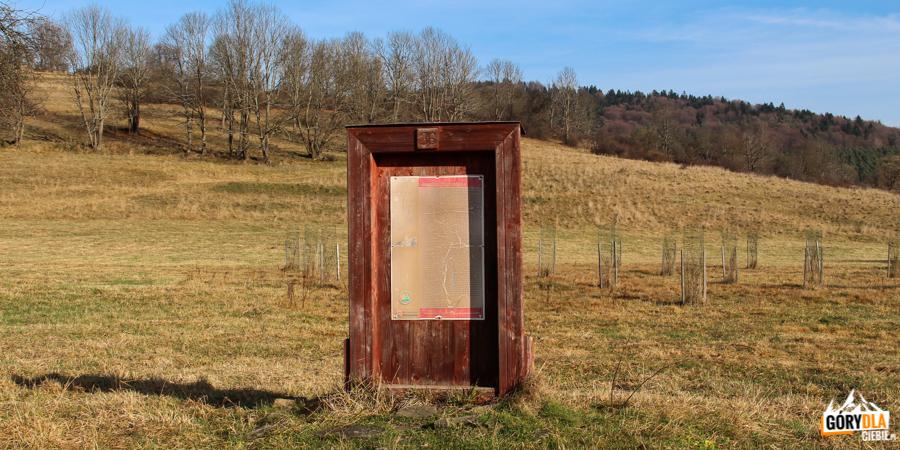 Symboliczne drzwi w Nieznajowej