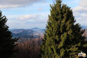 Widok ze szczytu Jaworzyny Konieczniańskiej (881 m ) na Uście Gorlickie i Jezioro Klimkówka otoczone górami Polana 672 m, Sucha Homola 708 m i Chełm 779 m