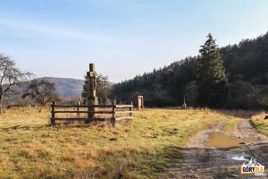 """Krzyż i """"symboliczne drzwi"""" w Nieznajowej"""