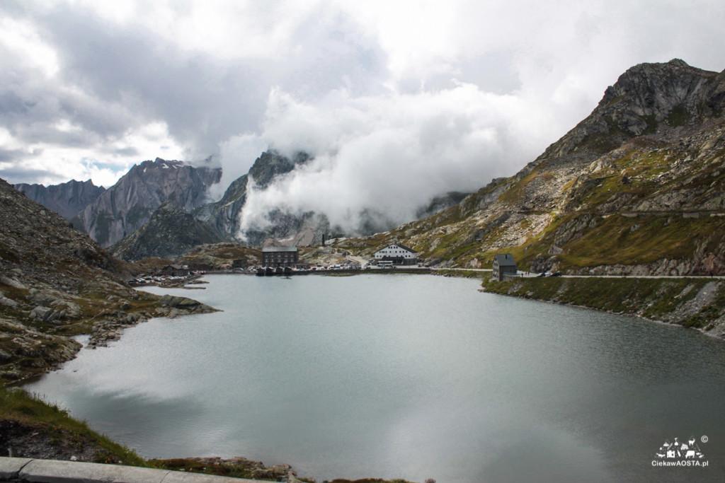 Wielka Przełęcz Świętego Bernarda w chmurach