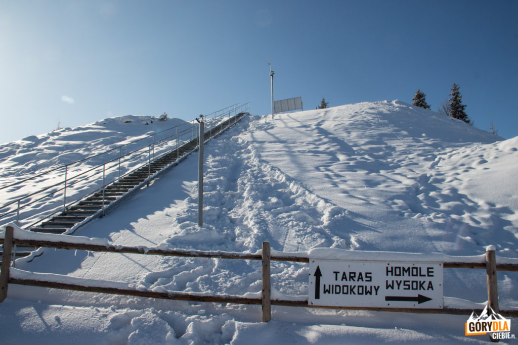 Taras widokowy nadnad górną stacją wyciągu narciarskiego wJaworkach