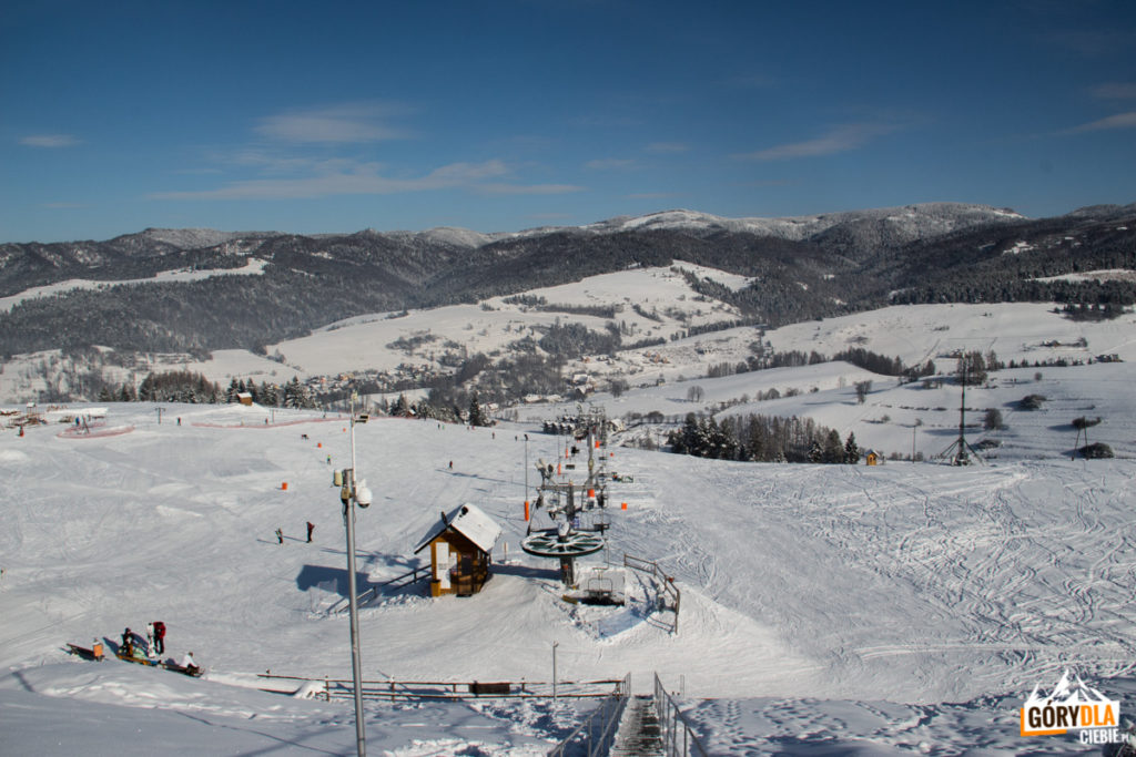 Panorama z tarasu widokowego nad nad górną stacją wyciągu narciarskiego w Jaworkach
