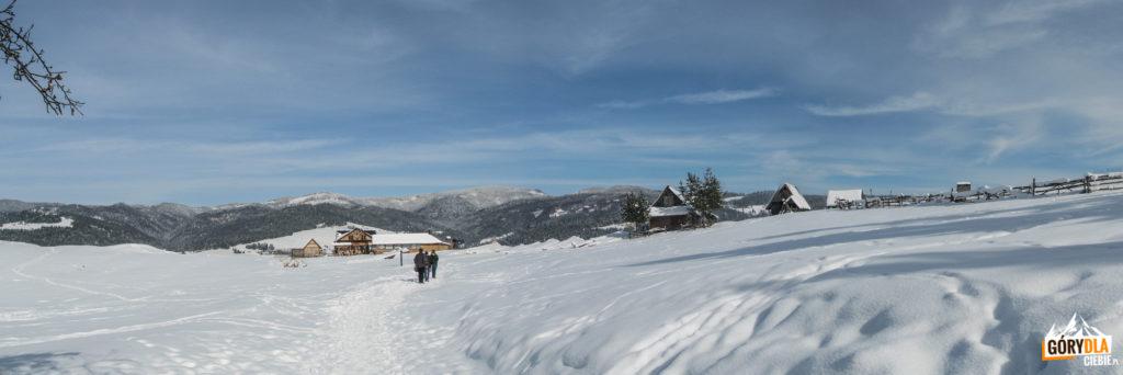 Panorama widoczna po wyjściu z Wąwozu Homole i Jemeriskowej Skały, na I planie szałas Bukowinka