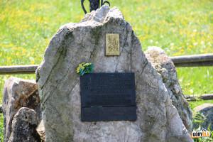 Obelisk na Siwej Polanie - pamiątka wizyty Jana Pawła II w Dolinie Chochołowskiej w 1983 roku