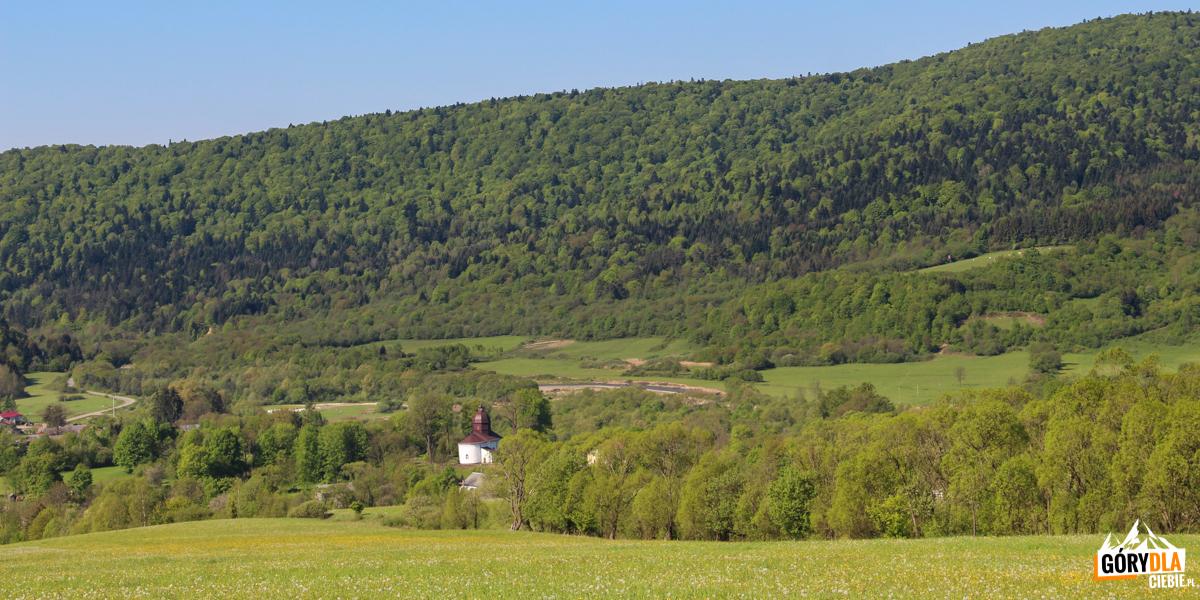 Droga widokowa nadMyscową, widać cerkiew natle gór, przełom Wisłoki między Kamieniem aSuchanią, pasmo Baraniego
